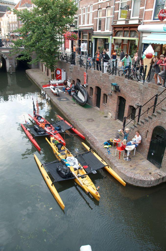 Vi startede sent og var først inde ved slusen til Utrecht centrum omkring kl. 20. Vi kommer igennem og spurte om der var flere, Ja det var der men vi kunne ikke når igennem i dag! Hvad skulle vi nu gør? Midt I centrum af Utrecht ville det blive svært at finde et overnatnings sted. Vi tog det stille og roligt, fik aftensmad og kiggede på de mange mennesker som var ude på gaderne pga. VM i fodbold. Holland skulle spille kvartfinale. Vi kom forbi en sportscafe med et lille stykke græs ude foran og spurte om vi kunne overnatte der, ingen problem og så kunne vi komme ind og se fodbold bagefter, perfekt!!/   In Utrecht we had a late start and came to Lock gate just before the center of town and only 15 min before closing time. Inside we asked if there where more. Yes but you are not going to make it tonight!! Well, where are we going to find a place here in the center? We took it easy had dinner and a fantastic trip down through the town. Holland was playing football and there where people everywhere. It was getting late and at a café that had a little grass path in front, we asked if we could stay the night. No problem and come in and see football when you are ready, awesome!!