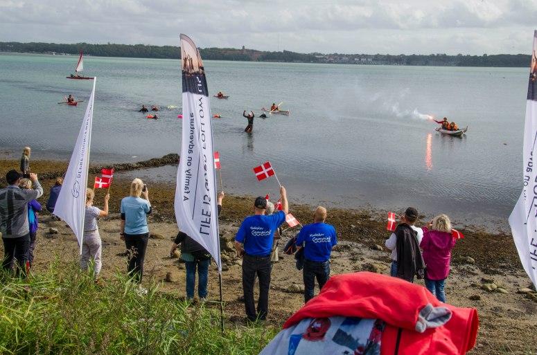 Over 100 var mødt op på strand for at tage i mod